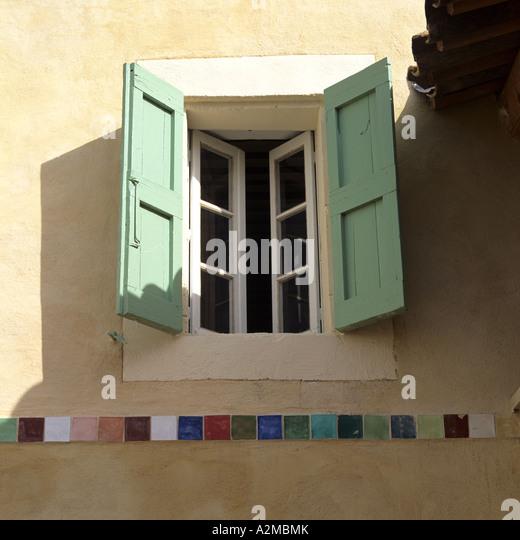 Offenen Fensterläden am Fenster über Fliesen Stockbild