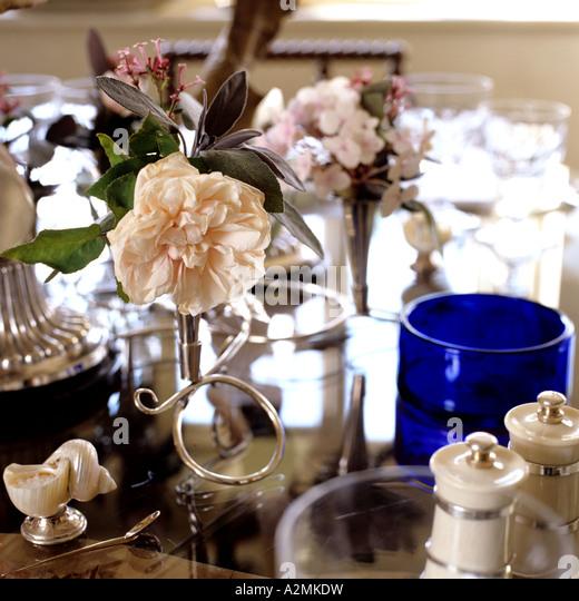 Dekorative Ornamente und Glaswaren auf einem Esstisch Stockbild