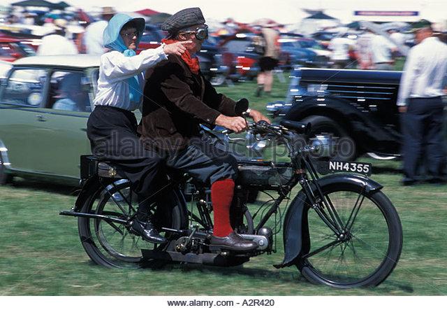 Paar auf ein Oldtimer Motorrad an der Gloucester Steam Fair, UK Stockbild