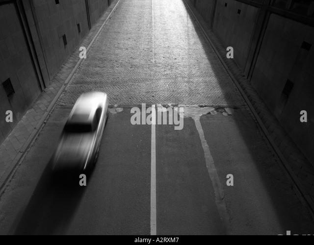 Silberne Auto Mercedes beschleunigt in Tunnel Brüssel Belgien Bewegung verwischen monochrom schwarz / weiß Stockbild