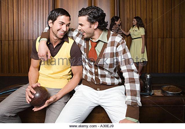 Freunde auf einer Bowlingbahn Stockbild