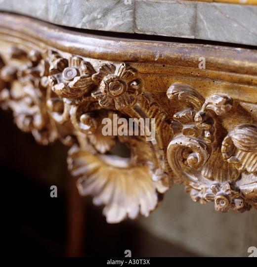 geschnitzten Details auf einem antiken Tisch für Systemkonsole Stockbild