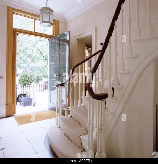 Eingangshalle mit offener Tür und Treppen von einem viktorianischen Londoner Stadthaus Stockbild