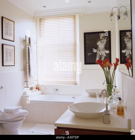 weiße moderne Badezimmer in einem Londoner Stadthaus Stockbild