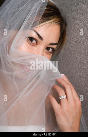 Braut Holding Schleier über Gesicht - Stock-Bilder
