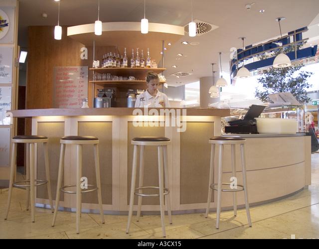 Bar Restaurant Essen trinken Gastronomie Stuhl Sitz sitzen Barkeeper Shop Stall Lebensstil Freizeitvergnügen Stockbild