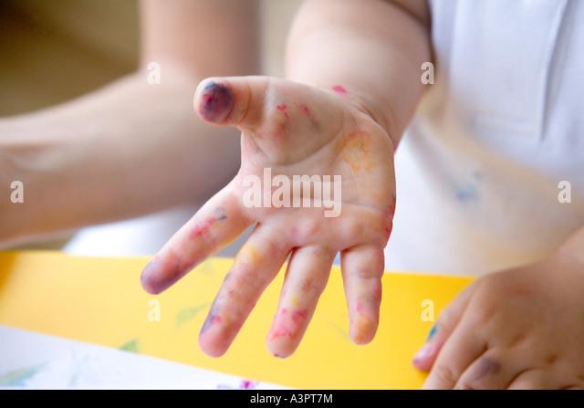 kleines Mädchen mit Händen in Farbe Stockbild