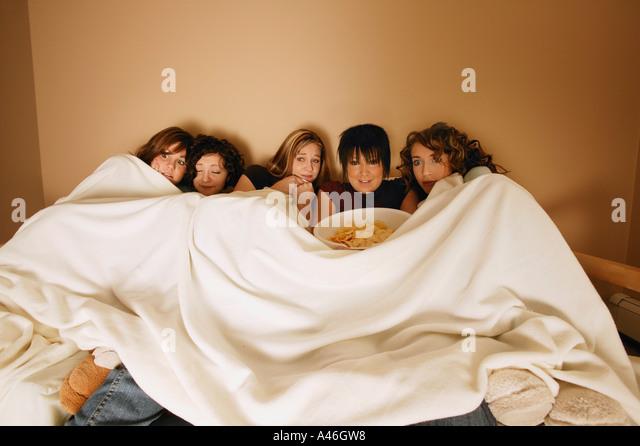 Gruppe von Mädchen, die einen Film Stockbild