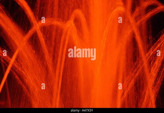 Wasser-Brunnen in der Nacht in orange Licht getaucht Stockbild