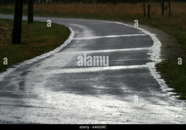 Landstraße bei Regendusche Stockbild