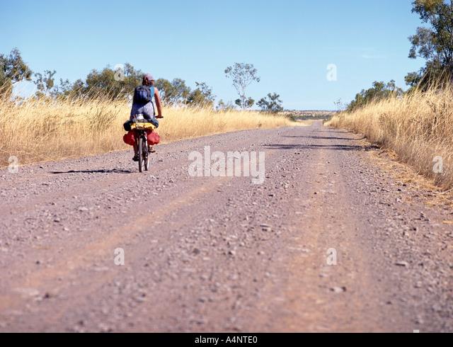 Einsame Radfahrer auf Landstraße Western Australia Australien Pazifik Stockbild