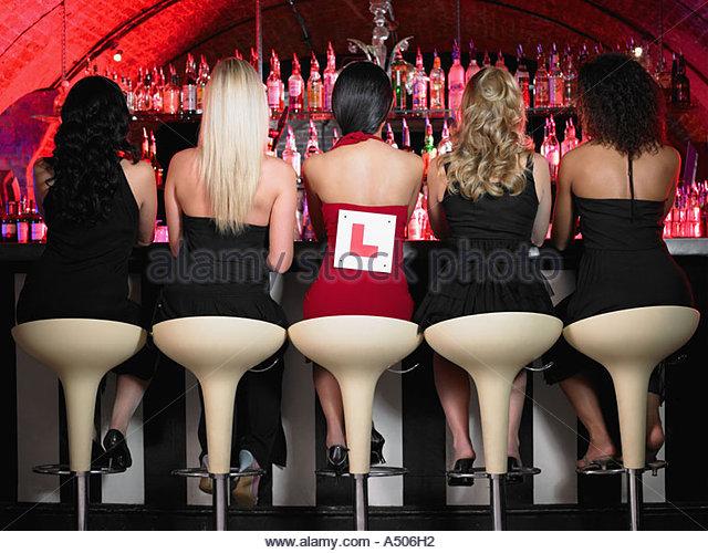 Fünf Frauen sitzen in Bar Stockbild