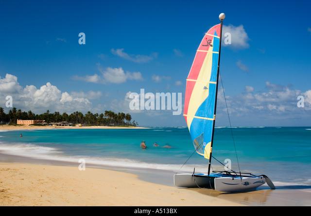 Farbenfrohe Katamaran am Strand von Uvero Alto in der Nähe von Playa Del Macao und Punta Cana in der Dominikanischen Stockbild