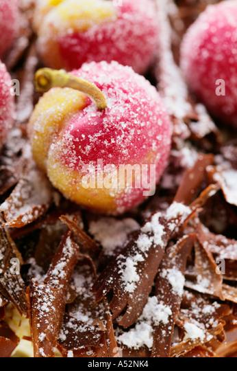 Schwarzwälder Kirsch Torte mit Marzipan-Kirschen-detail Stockbild