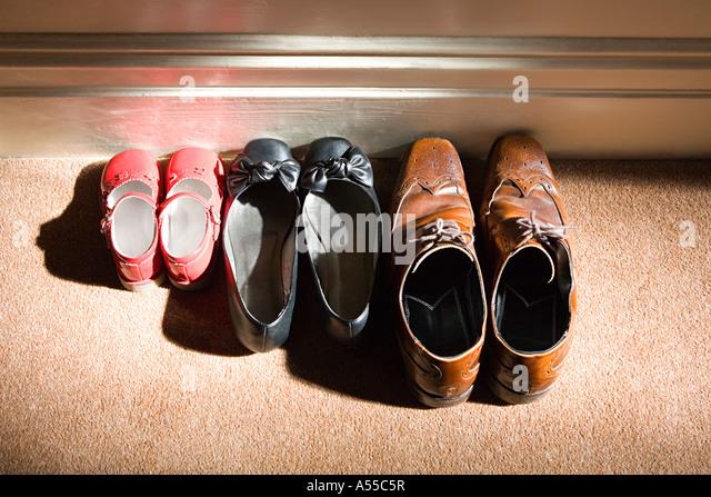 Schuhe von einer Familie Stockbild