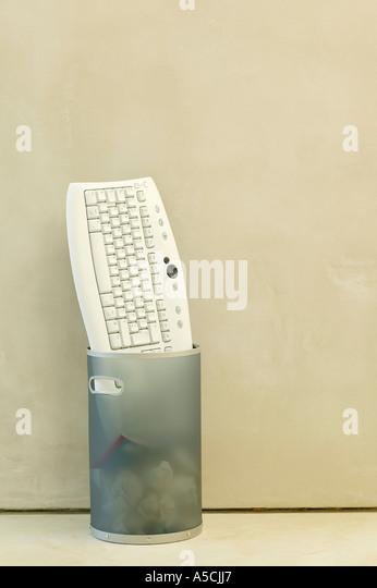 Tastatur in Mülleimer geworfen Stockbild