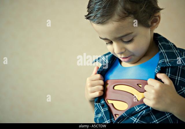 Kind zeigt Superman-Kostüm Stockbild