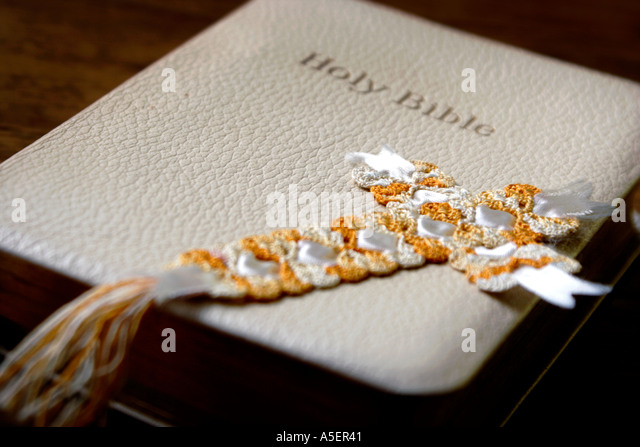 Bibel mit gehäkelten Kreuz Stockbild