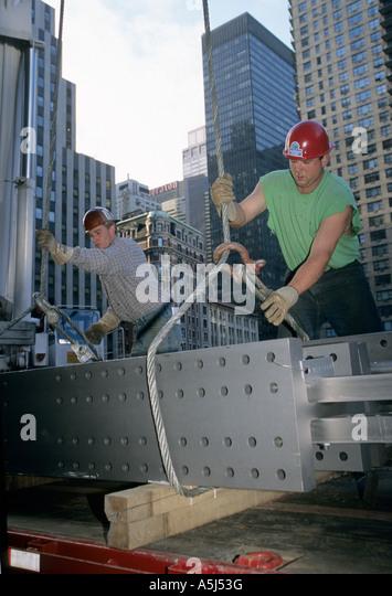 Eisen Arbeiter bereit Strahl mit einem Kran für Random House bei 1540 Broadway in New York City Gebäude Stockbild