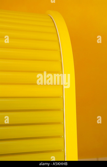 Gelbe vertikale Jalousien Schrank Stockbild