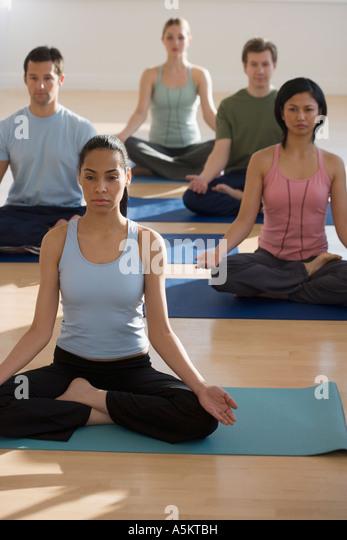 Gruppe von Menschen, die Yoga praktizieren Stockbild