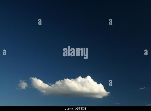 Wolke am blauen Himmel Stockbild