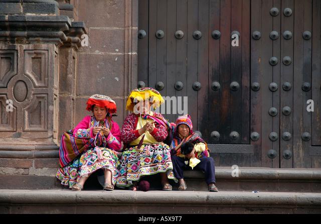Quechua-Ureinwohner vor die Kirche Santo Domingo, aka Coricancha in Cuzco, Peru, Südamerika Stockbild