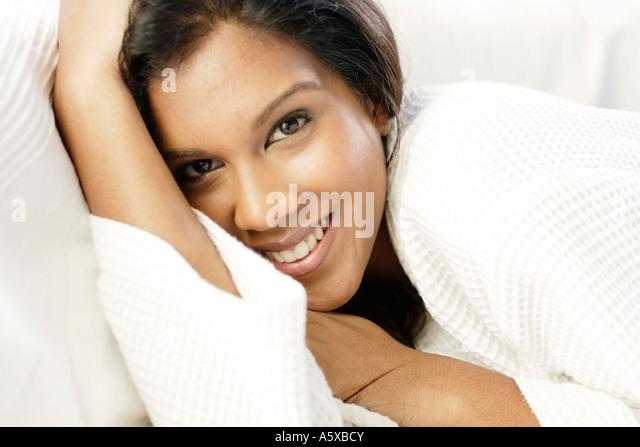 Attraktives ethnischen Mädchen entspannend - Stock-Bilder