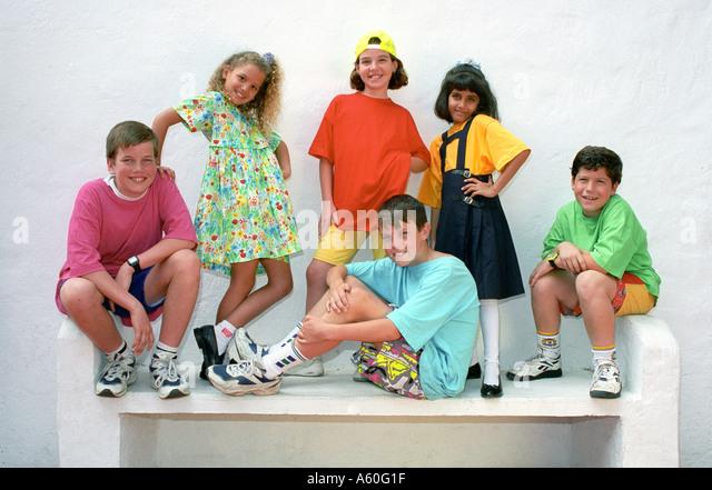 Gruppe von junior jungen und Mädchen 6-10 Jahre Pose für die Kamera in eine Auswahl von bunten Kleidungsstile Stockbild