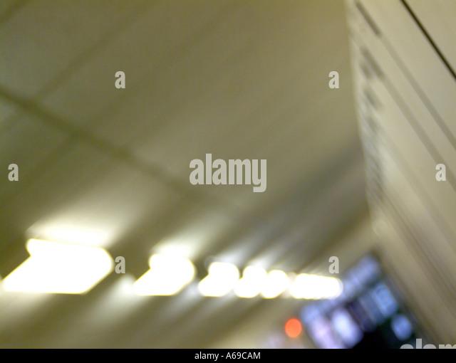 Verschwommene architektonische Zusammenfassung der Flur Beleuchtung. Stockbild