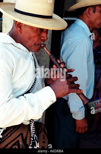 Saint s Tag San Martin Jilotepeque Guatemala Mann spielt eine Chirimia während der Prozession Stockbild
