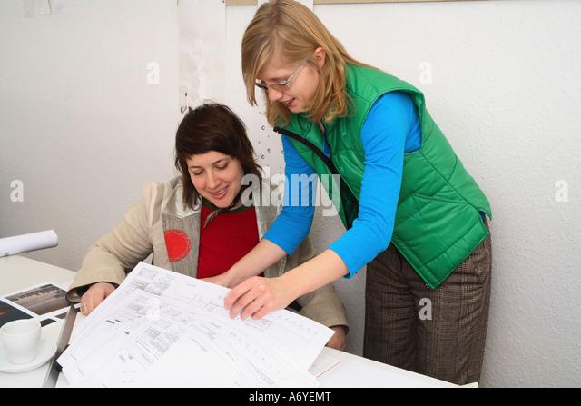 Architekten, die Zeichnungen zu betrachten Stockbild