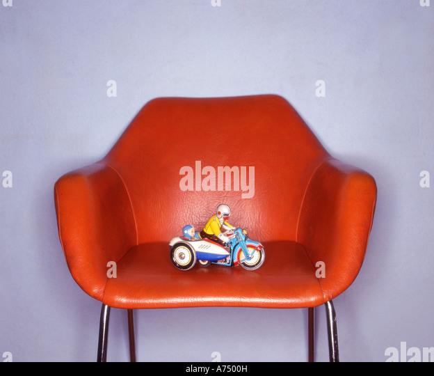 Retro-Spielzeug auf Retro-Stuhl von Ringflash beleuchtet Stockbild