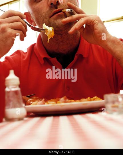 Menschen rauchen und frittiertem Essen Stockbild