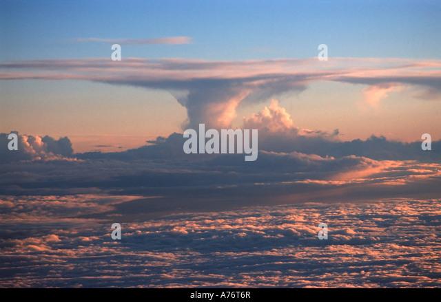 Beeindruckende Wolkenbildung, die von einem Flugzeug aus gesehen Stockbild