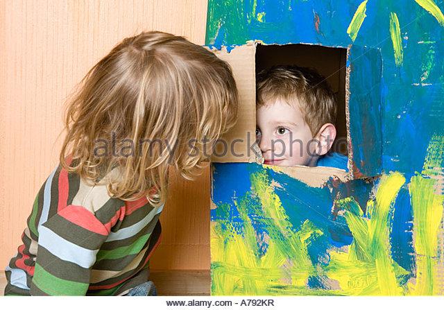 Zwei Jungen spielen Stockbild