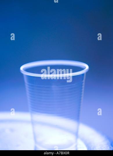 Kunststoff-Glas, transparent, Raghu, leicht, weich, blauer Hintergrund, Wasser, praktisch, Einwegartikel, zylindrische Stockbild