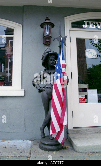 Antike Statue mit amerikanischen Flagge vor antiquarische Store New Hope Bucks County Pennsylvania USA Stockbild