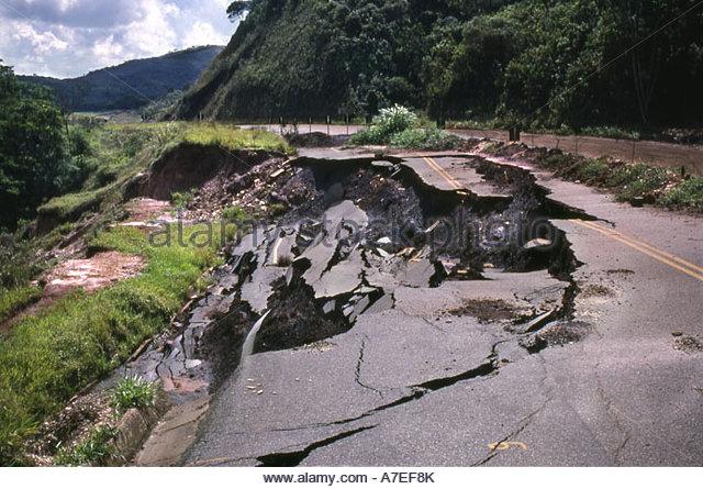 Umweltkatastrophe Straße zusammenbricht Stockbild
