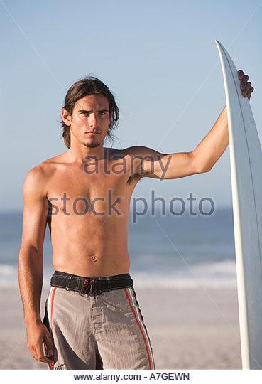 Ein Surfer am Strand stehend Stockbild