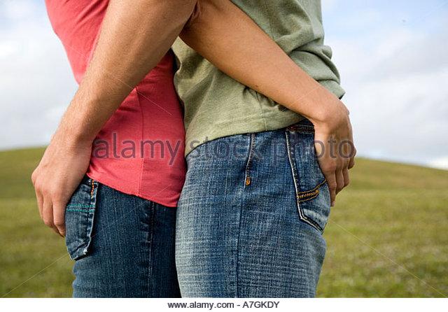 Zwei jungen Liebenden umarmen Stockbild
