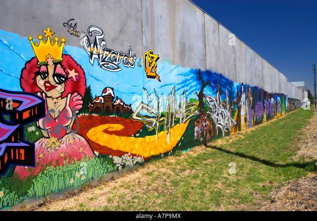 Urbane Kunst / bunte urbaner Kunst auf eine Fabrik Wand gemalt. Gelegen in der Vorstadt von Ascot Vale.Melbourne Stockbild
