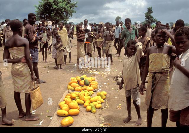 Verkauf von Obst in der Nähe Grenze zu Malawi Mosambik am Straßenrand Ion wo Obdachlose durch den Konflikt Stockbild