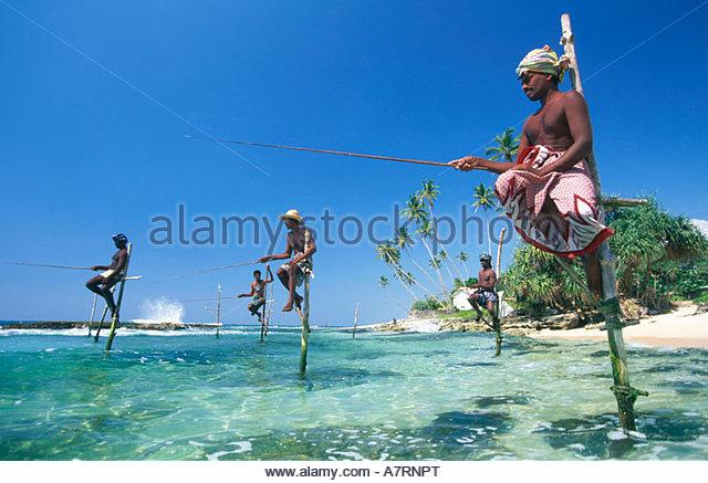 Fischern, die am Strand gegen Himmel Sri Lanka Stockbild