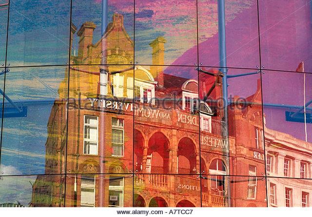 Das Royal Waterloo-Krankenhaus für Kinder und Frauen und das Schiller Universität Gebäude spiegelt Stockbild