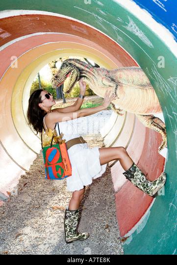 Seitenansicht der junge Frau posiert mit Reptil der Dinosaurier Stockbild