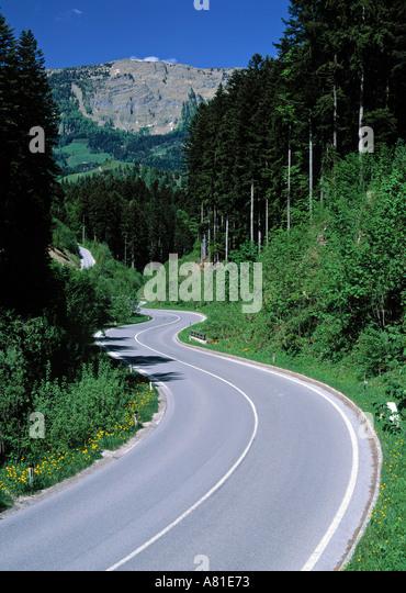 Straße durch Wald, Schweiz Stockbild