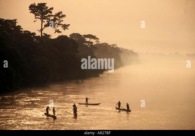 Pirogen Unterstände am Kongo Zaire River DR Kongo ex Zaire Zentralafrika Stockbild