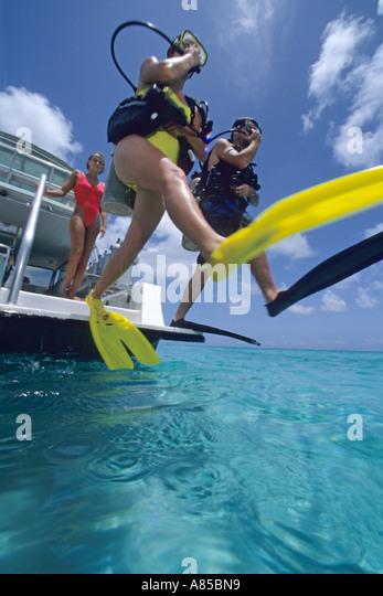 Taucher, die großen Schritt vornehmen aus Tauchboot Providenciales Provo-Turks-Caicos-Inseln Stockbild