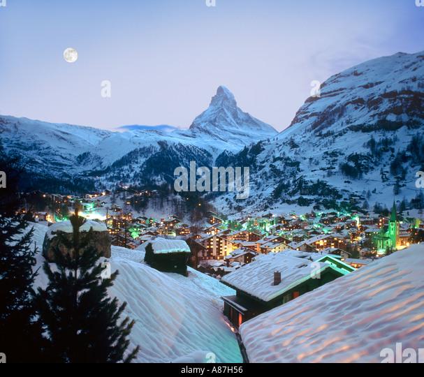 Blick über das Resort in Richtung Matterhorn in der Abenddämmerung, Zermatt, Schweiz Stockbild